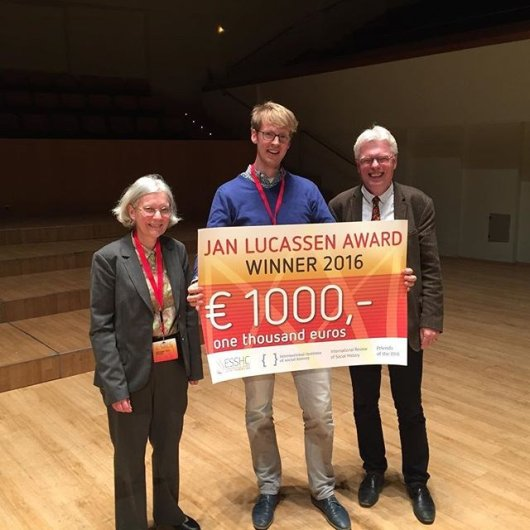 Michiel de Haas accepting the Jan Lucassen Award for his joint work with Kostadis Papaioannou