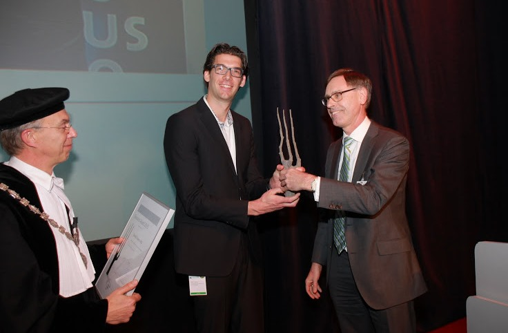Daan Swarts is granted the Research Award by Jan Karel Mak (Chairman of the University Fund Wageningen)