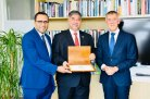 Karrar Mahdi (left) is awarded by the Ambassador or Iraq in the Netherlands (middle) at a meeting with Rector Magnificus of Wageningen UR prof Dr. Arthur Mol (right).