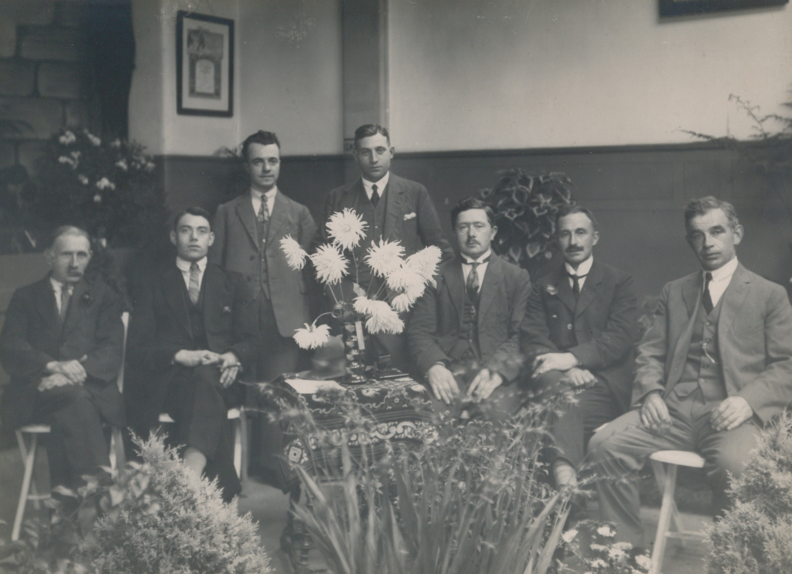 "The artists society ""R.K. Kunstkring"" of Oisterwijk; John Bergmans stands in the middle behind the dahlia, 1920-1940 (photo: Regional archives, Tilburg)"