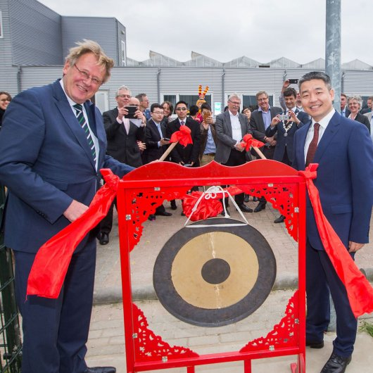 The Chinese-style greenhouse was officially opened by King's Commissioner of Zuid-Holland Jaap Smit and the Commercial Counsellor of the Chinese embassy Zhang Guosheng.