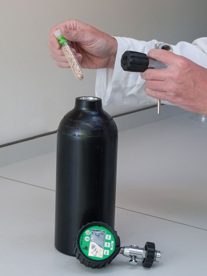 The system used for EPPO seed storage tests. A perforated tube with seeds is placed in a steel SCUBA tank. The tank is filled with 200 bar compressed air to increase the partial oxygen pressure.
