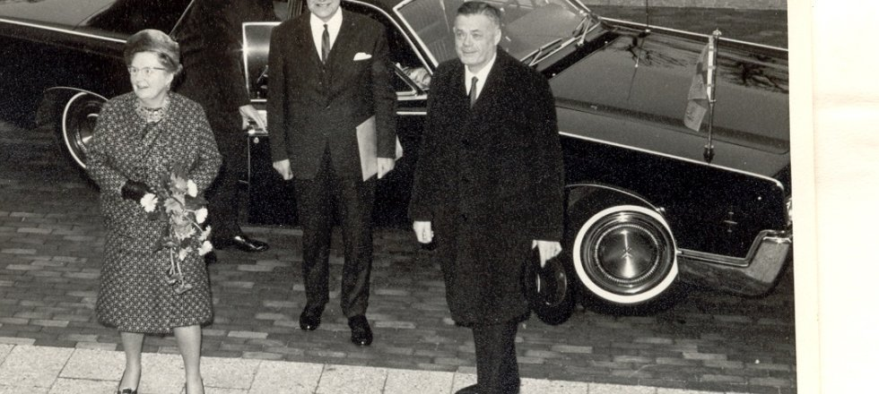Queen Juliana arrives together with the mayor of Wageningen dhr. de Niet (L) and Queen's Commissioner (R)