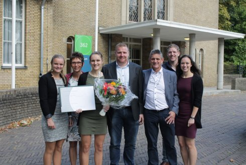 Milou Oosterwijk (second from the left) with her diploma and proud family. © Luuk Zegers