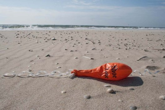 "Also British balloons are frequently found on Texel beaches: here a balloon from the UK shoe supplier 'Shoe Zone""."
