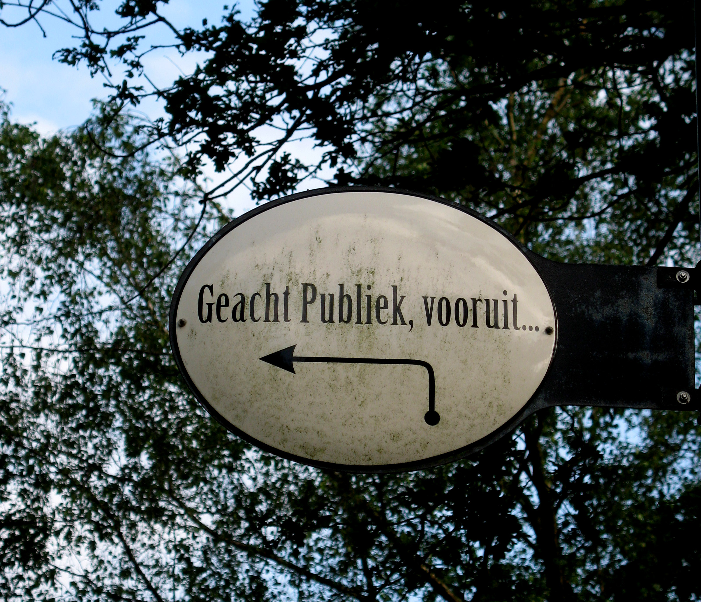 Sign near the entrance of the open air theatre in Oisterwijk, 2014 (photo: J. Karssen-Schüürmann)