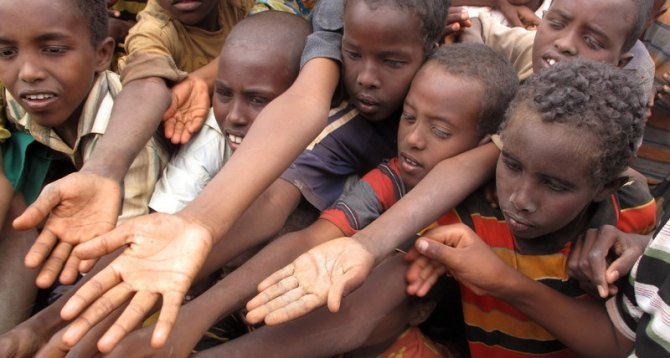 hands food somalia2.jpg