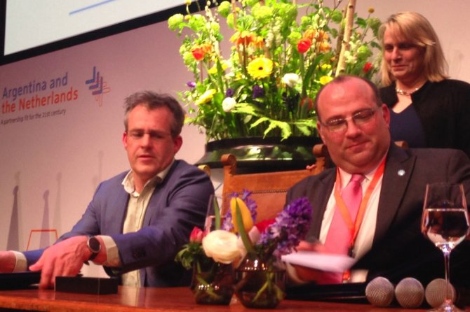 Ernst van den Ende and Ricardo Negri signing the MoU