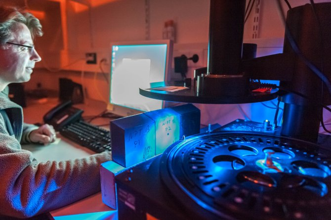 Prof. dr. Jakob Wallinga voert analyses uit in het luminescentielab (foto Guy Ackermans).