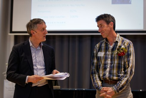 Aad Kessler (r) and Rector Magnificus Arthur Mol at the award event