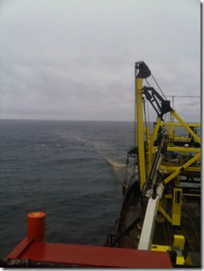 During hauling, the cod end of the net popped to the surface and could already be seen a fair distance away from the ship