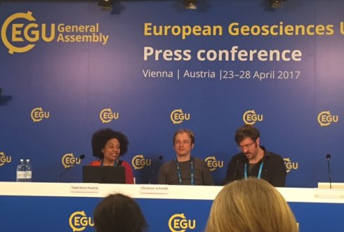 Esperanza Huerta (l) at the 2017 EGU press conference