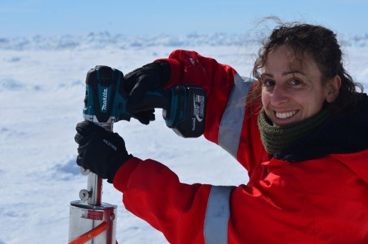 Giulia Castellani, here drilling ice cores curing last year's Antarctic expedition PS117 (Photo: Susanne Kühn)