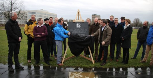 Professors and team leaders from Wageningen organisations and institutions unveil the stone in commemoration of the International Year of Soils 2015 together with Gerben Mol, Chairman of the Wageningen Soil Network, and Gerard Korthals, Secretary of the Wageningen Soil Network.