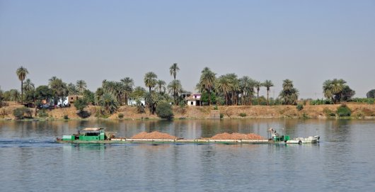 Nile barge transporting food: Water Wise results show that rainfed production in upstream areas of Nile Basin will be essential to reach food self-sufficiency in the Basin. Developing more irrigation along the Nile will mainly shift production and negatively affect hydropower production.