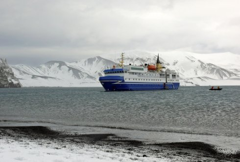 Marine communities. Governing oil & gas activities and cruise tourism in the Arctic and the Caribbean