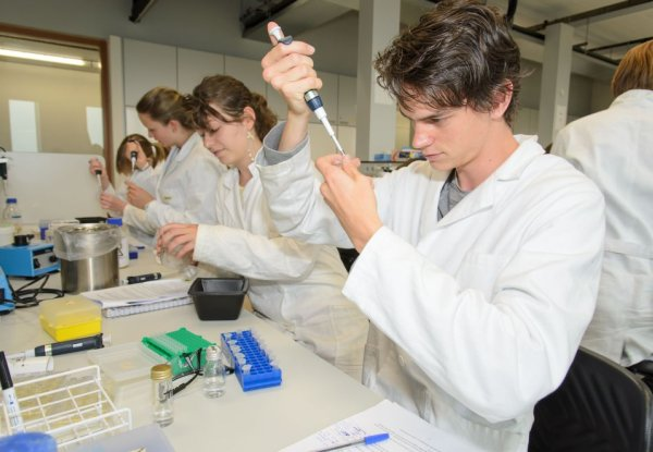Students Wageningen University in the lab