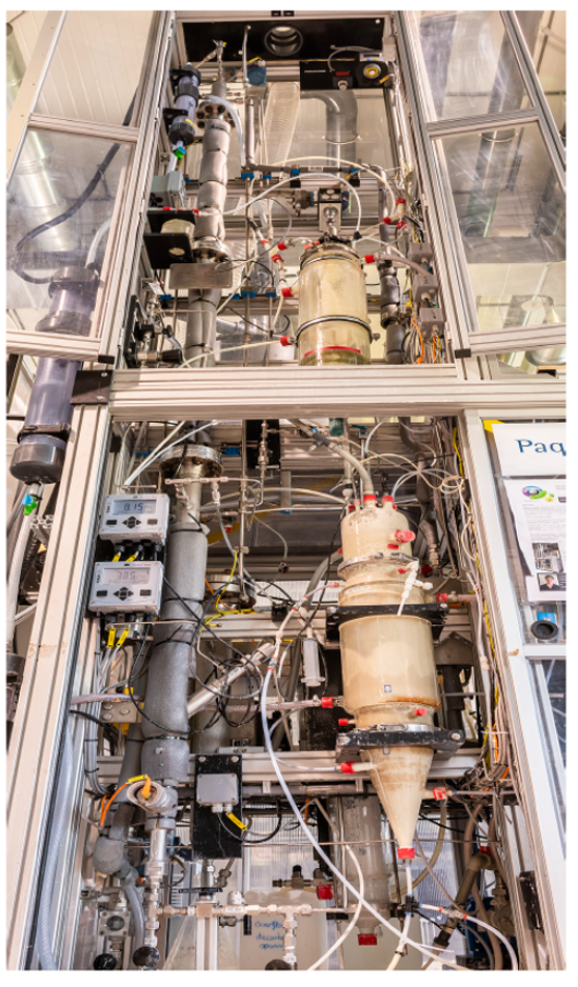 The Thiopaq O&G Ultra pilot plant at ETE's laboratory. The upper part is the newly added extra step of the bioreactor. Here, the H2SO4-forming bacteria are inhibited. It improves the overall reactor efficiency to over 99 percent.