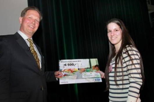 Photo: Bart de Gouw  Ben Witteman, specialist in stomach, intestinal, and liver disease at the Gelderse Vallei Hospital and chair of the National Nutritional Conference presents the annual poster prize to AnneMarthe Wijnen, a student at Wageningen University.