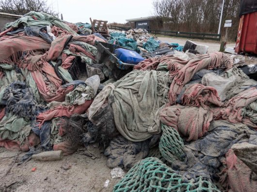 9. Besides the waste from the lost containers, on the big pile of fleece blankets occasional bits of 'normal' beach litter are visible, such as heavy trawl nets, jerrycans and fishboxes.