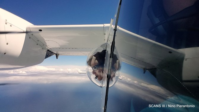 Researchers count cetaceans from special airplanes with circular windows. This way they have an unrestricted view over the sea. The size and spread of porpoises, dolphins and whales in the European North Sea and connected Atlantic waters is mapped through these aerial surveys.