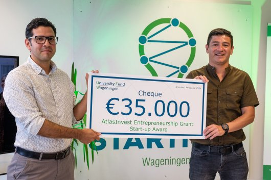 Team members dr. Carlos Cabrera and Juan Cajiao, MBA and Industrial Eng. of Greencovery with their check. Photo: Guy Ackermans