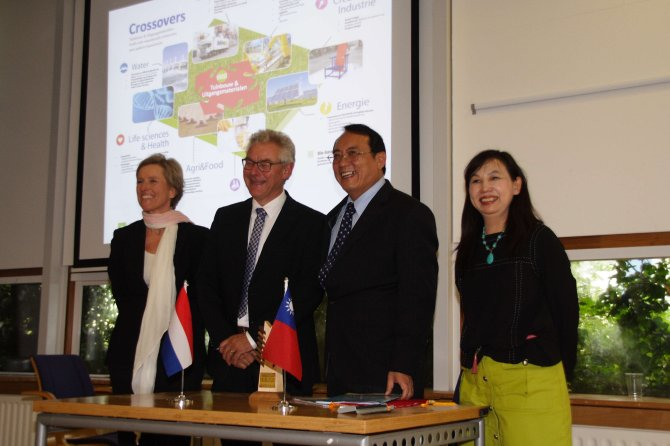 dr. Chang-Hsien Tai and dr. Sjaak Bakker, together with dr. Hsiang-Ping Ma (right), director of the Department of Technological and Vocational Education Ministry of Education and dr. Silke Hemming (left), teamleader Greenhouse Technology of Wageningen UR