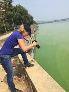 Janssen, de pie en el lago Taihu, que se encuentra aproximadamente a 140 km al oeste de Shanghai.