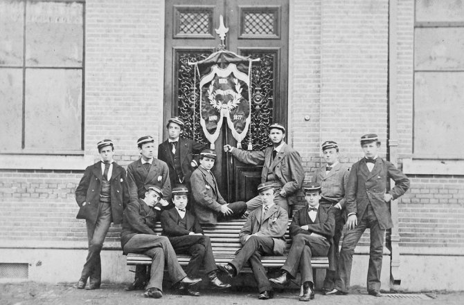 First students of the Agricultural University of Applied Science in 1879 at the main building