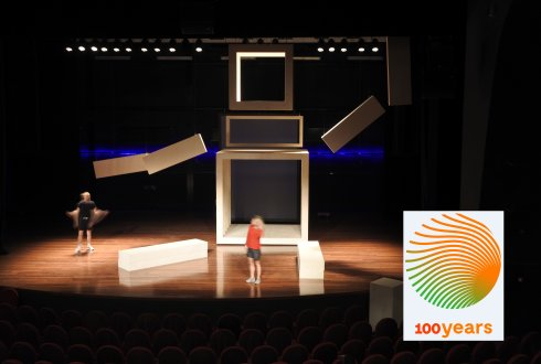 "Test run with decor by theatre piece ""Getekend"" in the Junushoff"