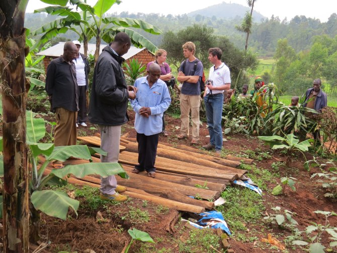 Students working with local farmers in Burundi in an Integrated Farm Planning project, using the PIP approach developed by the SLM group and WENR.